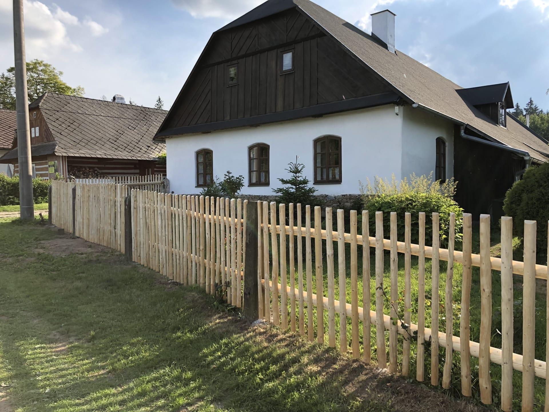 Obrázek 3 / Dřevěné ploty - strojně loupané   - realizace Horní Babákov 5-2018