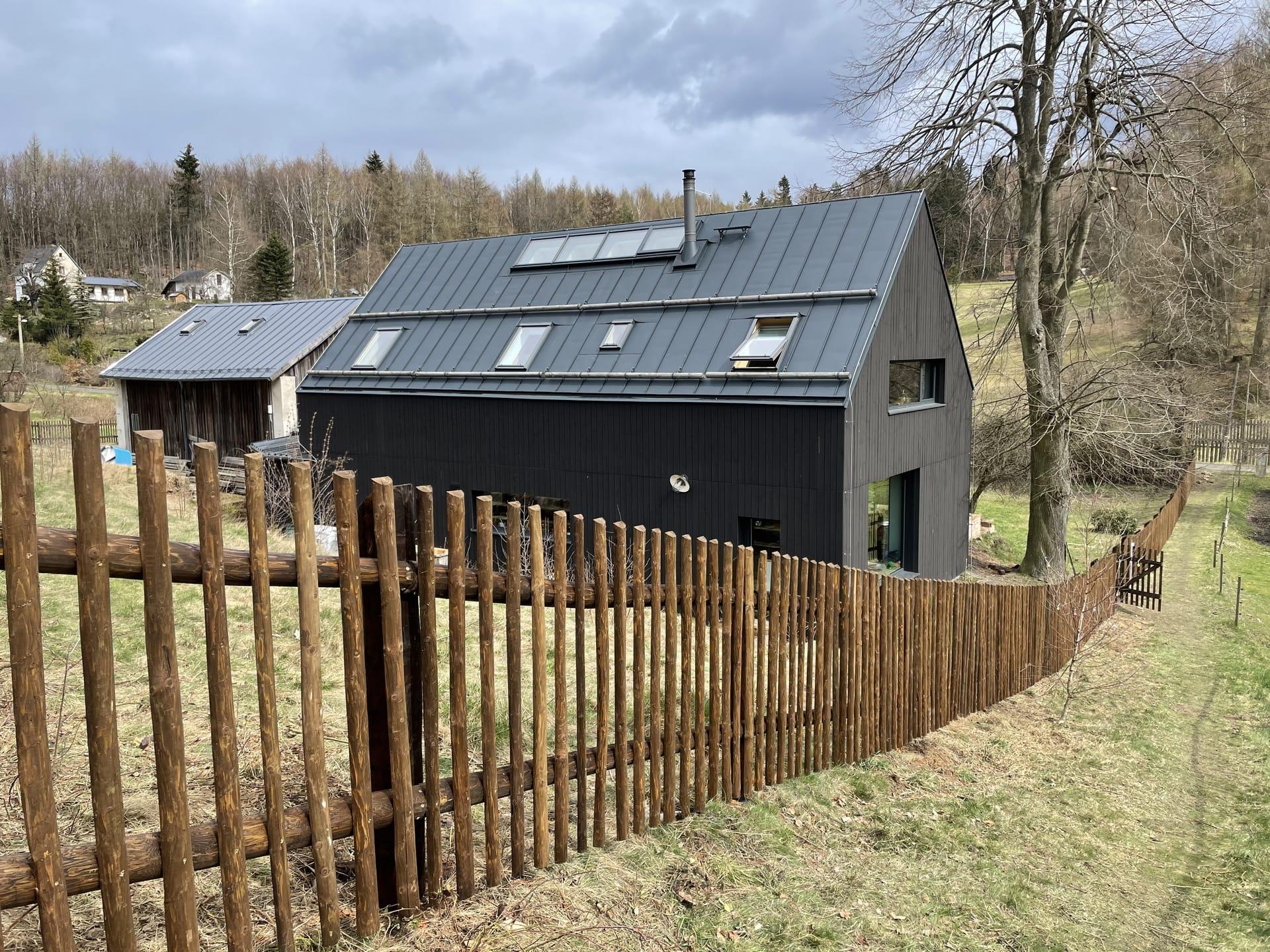 Obrázek 2 / Dřevěné ploty - strojně loupané   - realizace Maxičky 4-2021