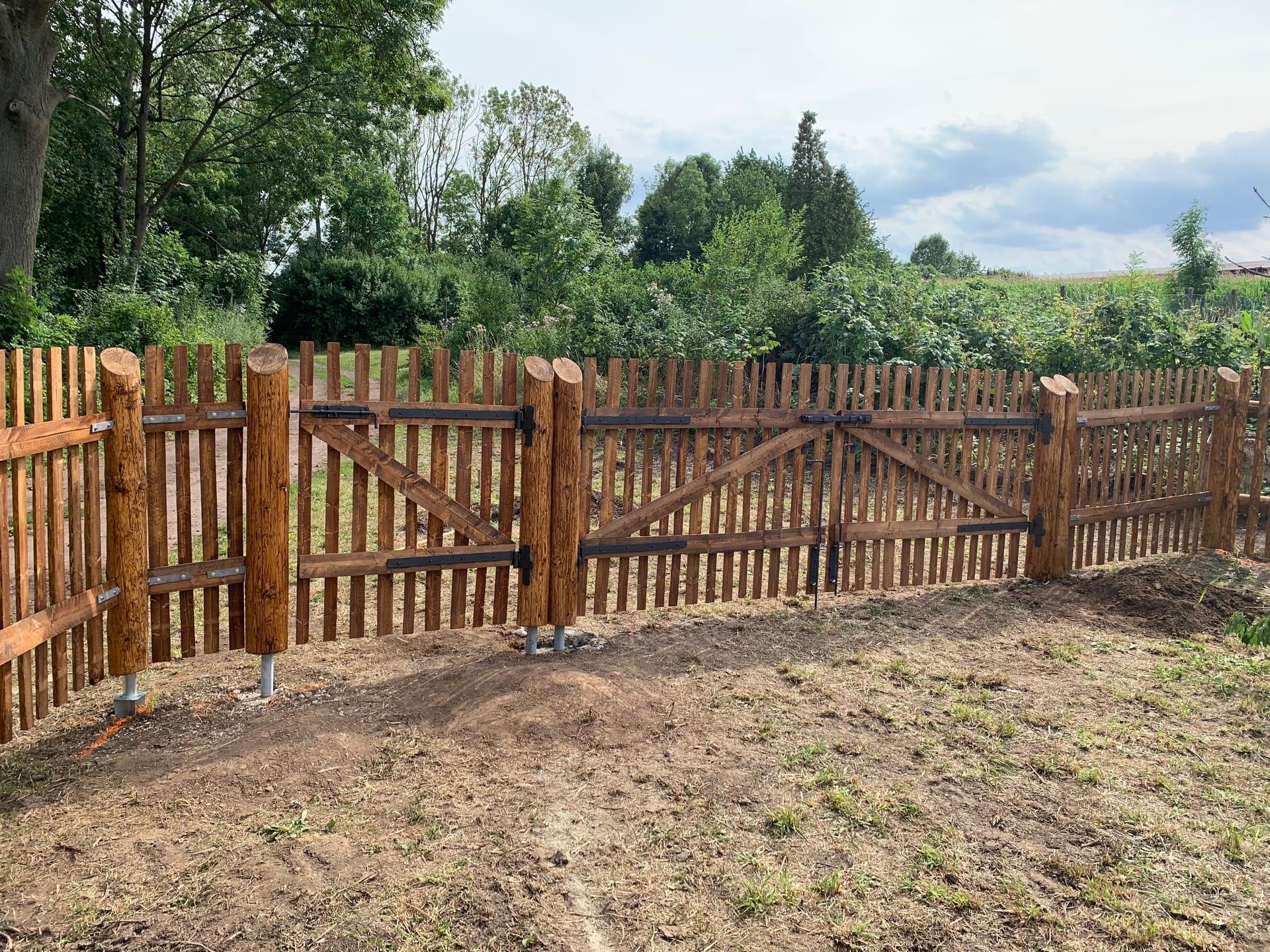 Obrázek 1 / Dřevěné ploty - strojně loupané   - realizace Vysoké Veselí 6-2019