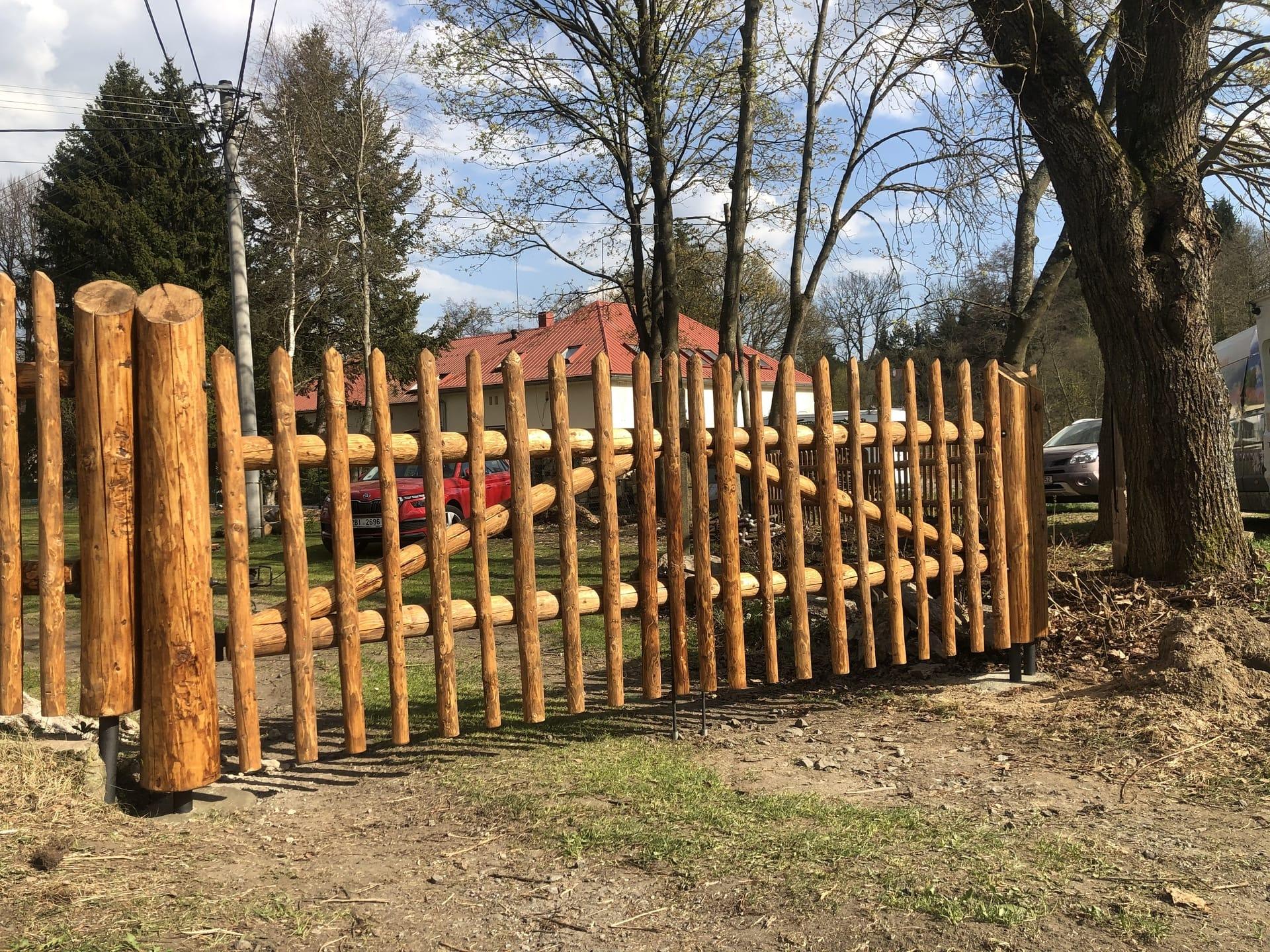Obrázek 3 / Dřevěné ploty - strojně loupané   - realizace Svratka 4-2020