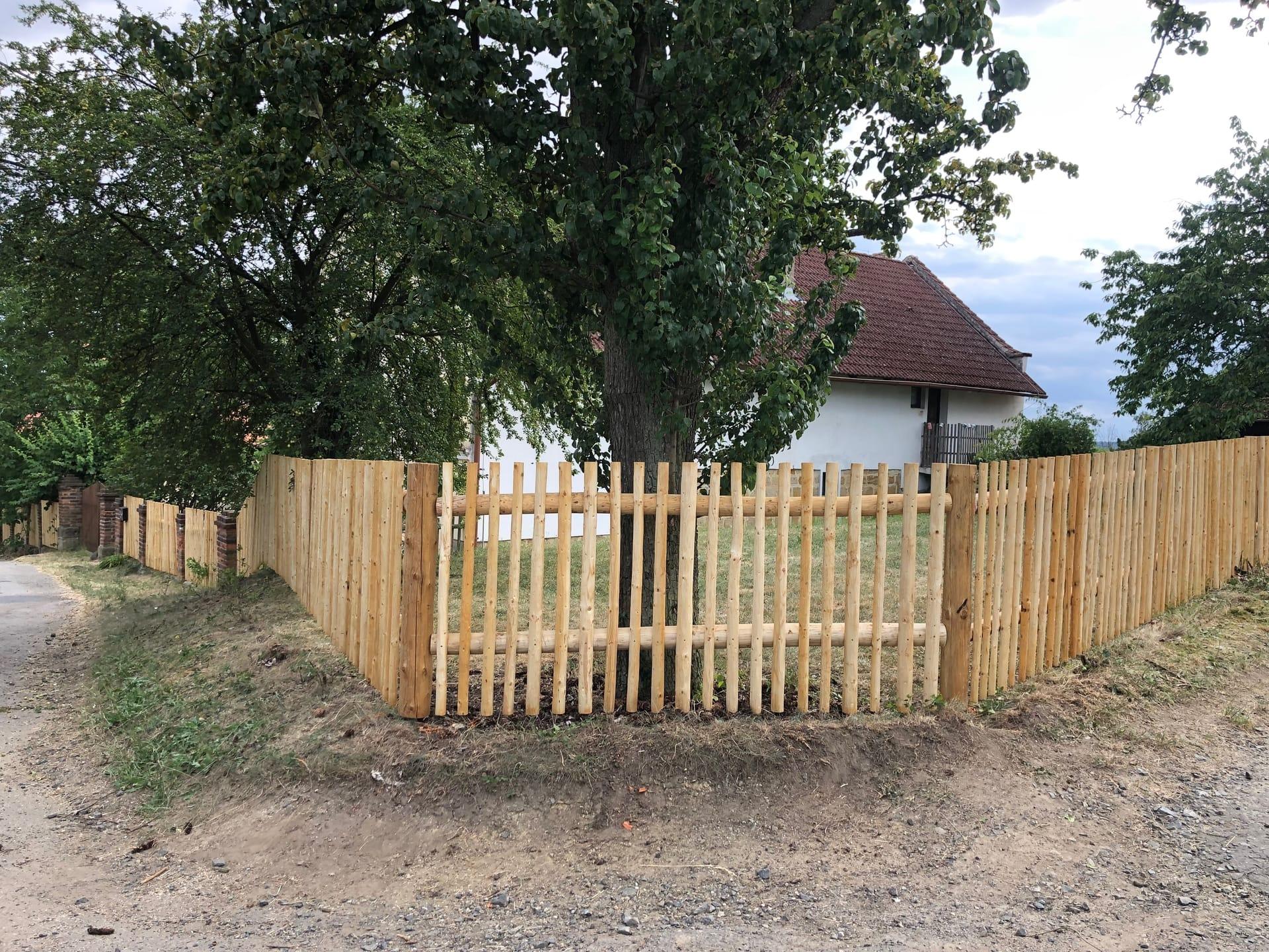 Obrázek 1 / Dřevěné ploty - strojně loupané   - realizace Nové Osinalice 7-2019