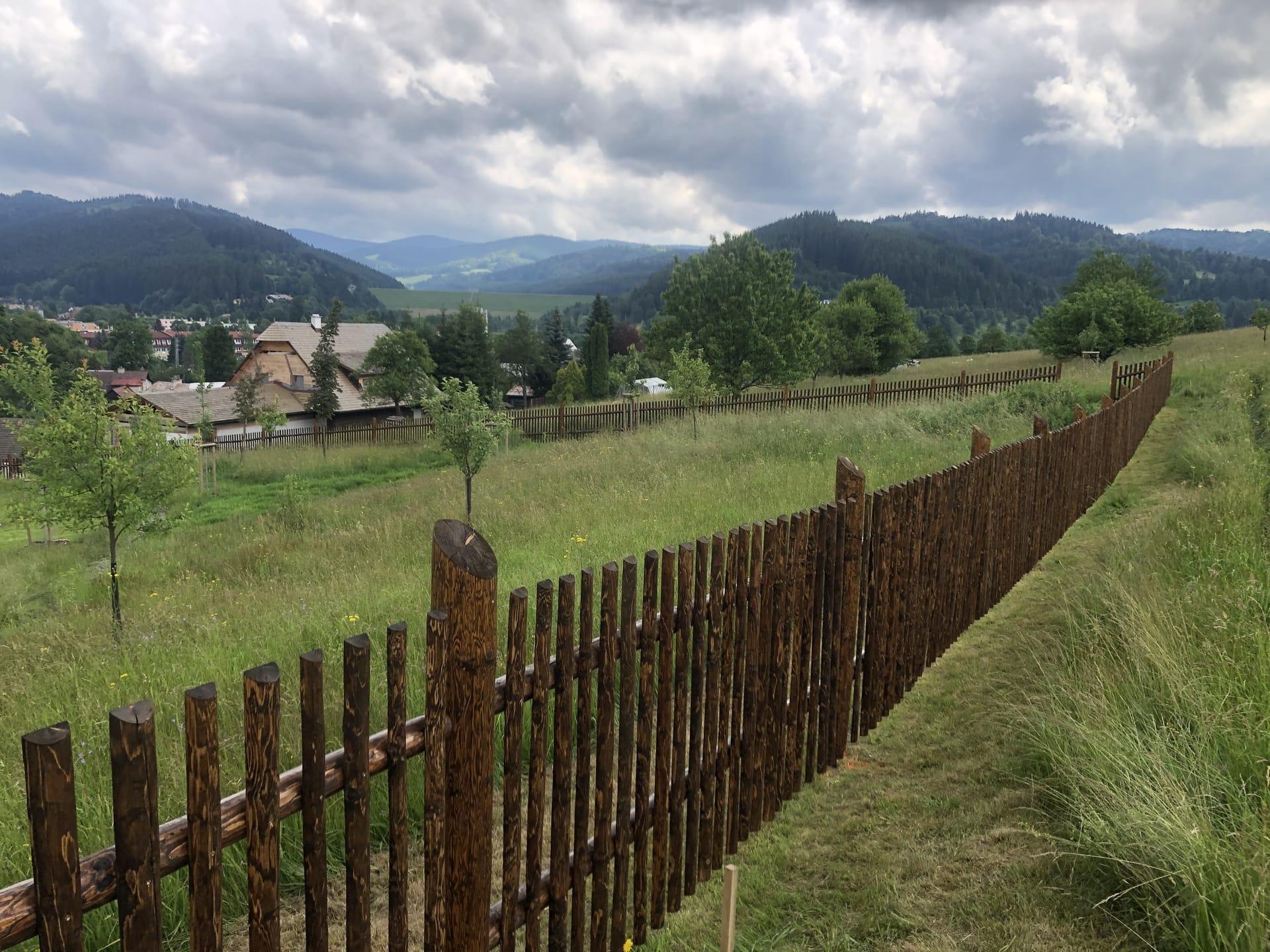 Obrázek 1 / Dřevěné ploty - strojně loupané   - realizace Karolínka 7-2020