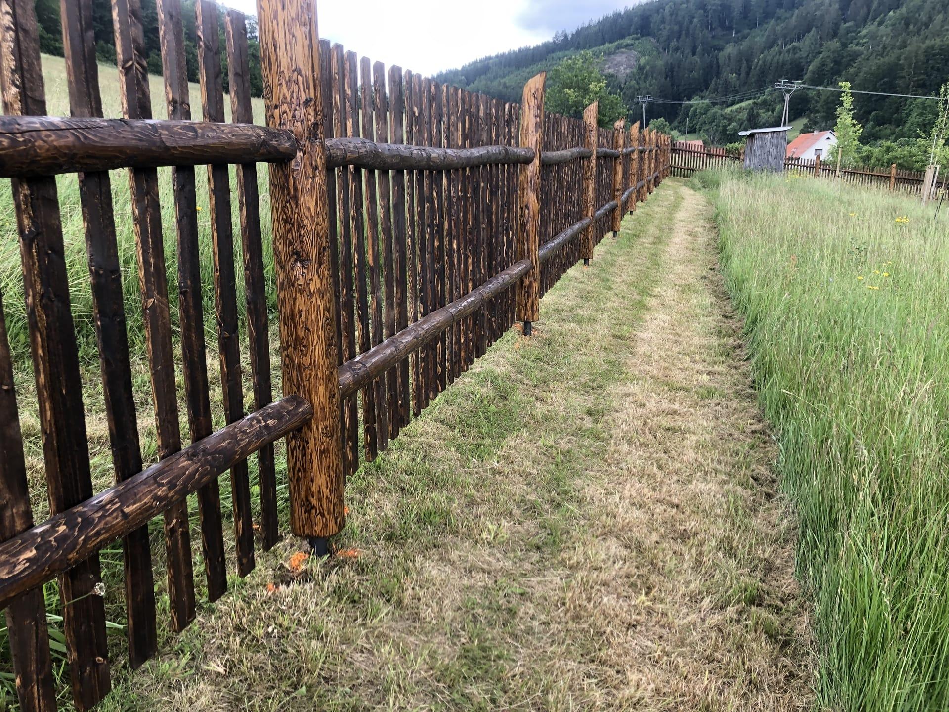Obrázek 2 / Dřevěné ploty - strojně loupané   - realizace Karolínka 7-2020