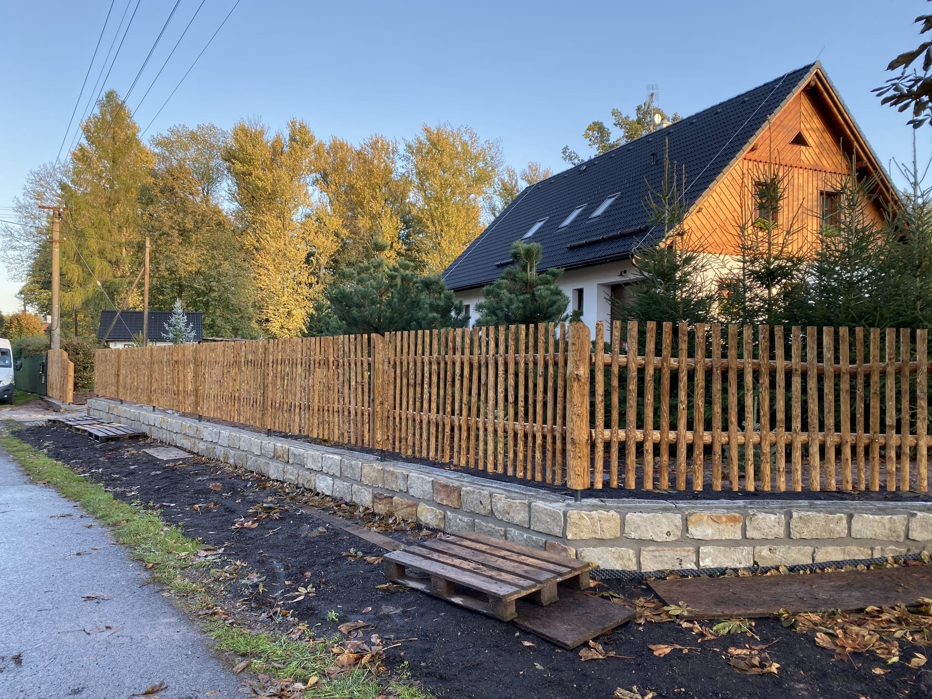 Obrázek 2 / Dřevěné ploty - strojně loupané   - realizace Křimice uBroumova 10-2019