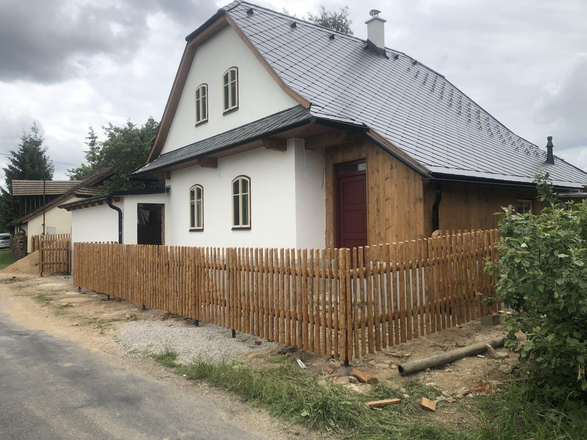 Obrázek 2 / Dřevěné ploty - strojně loupané   - realizace Kadov 7-2021