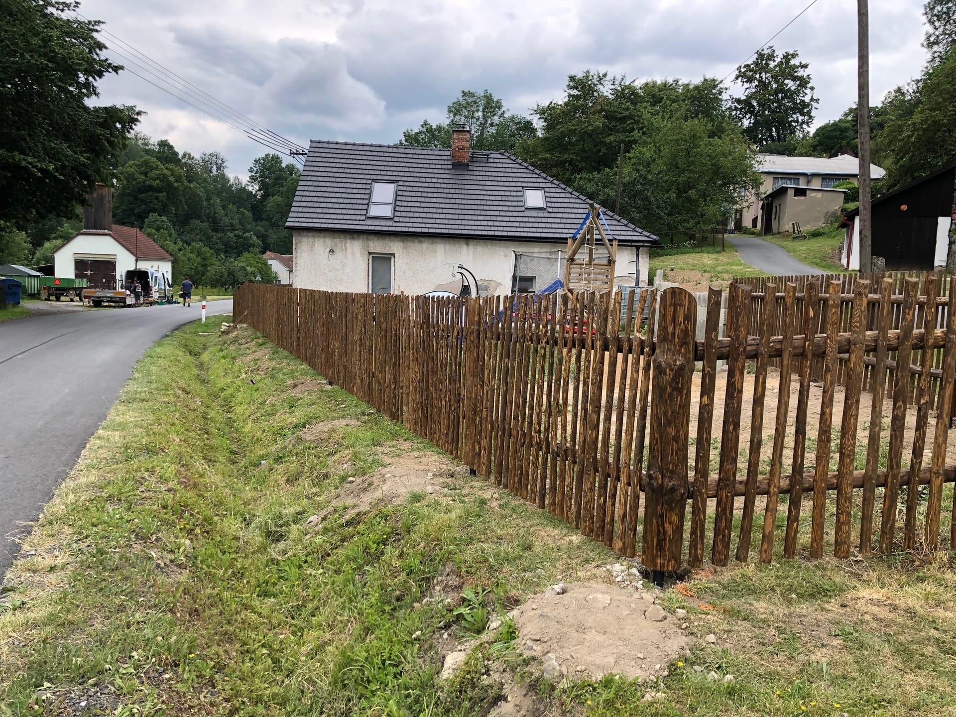 Obrázek 1 / Dřevěné ploty - strojně loupané   - realizace Karle 7-2019