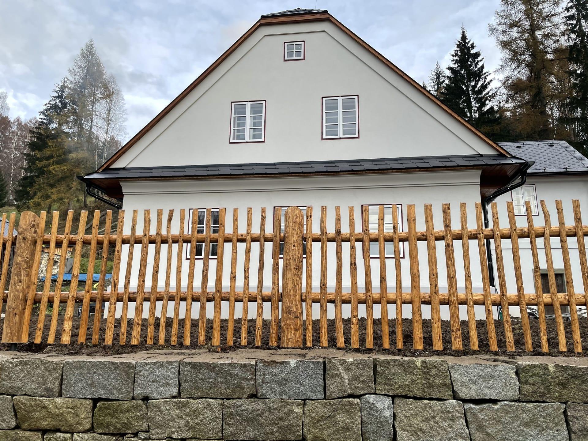 Obrázek 1 / Dřevěné ploty - strojně loupané   - realizace Hanušovice 11-2020