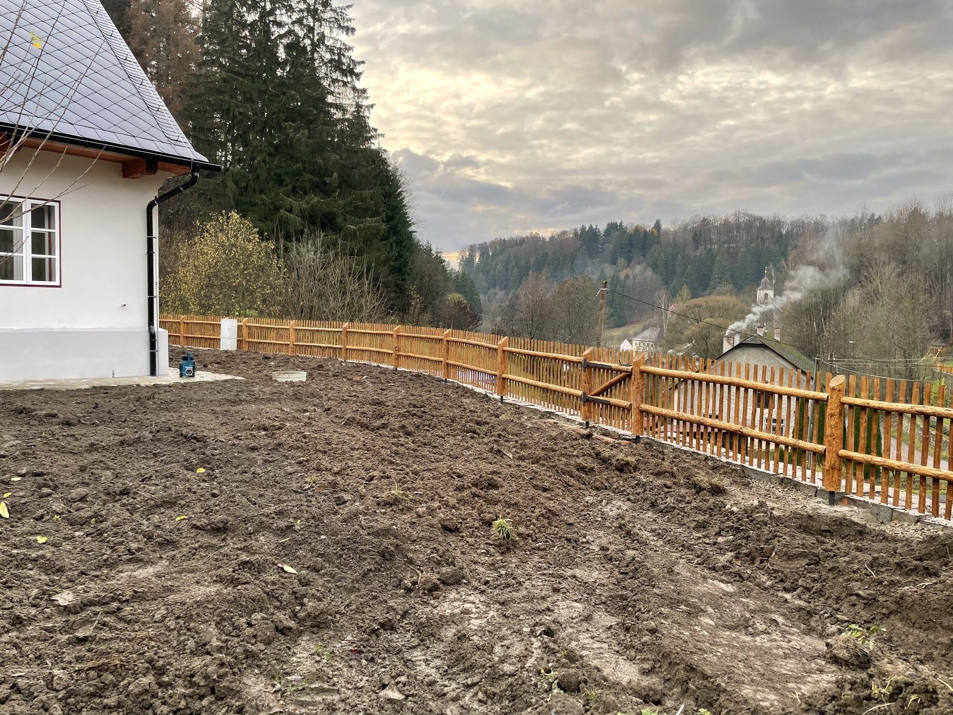 Obrázek 3 / Dřevěné ploty - strojně loupané   - realizace Hanušovice 11-2020
