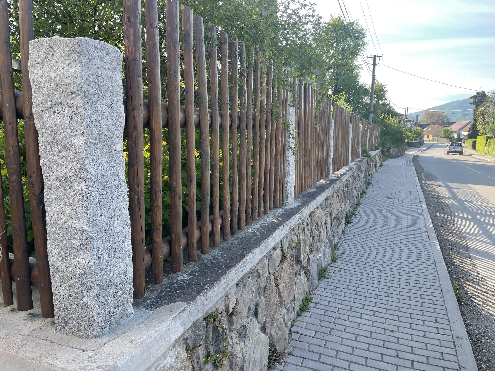 Obrázek 2 / Dřevěné ploty - strojně loupané   - realizace Tišnov 6-2021