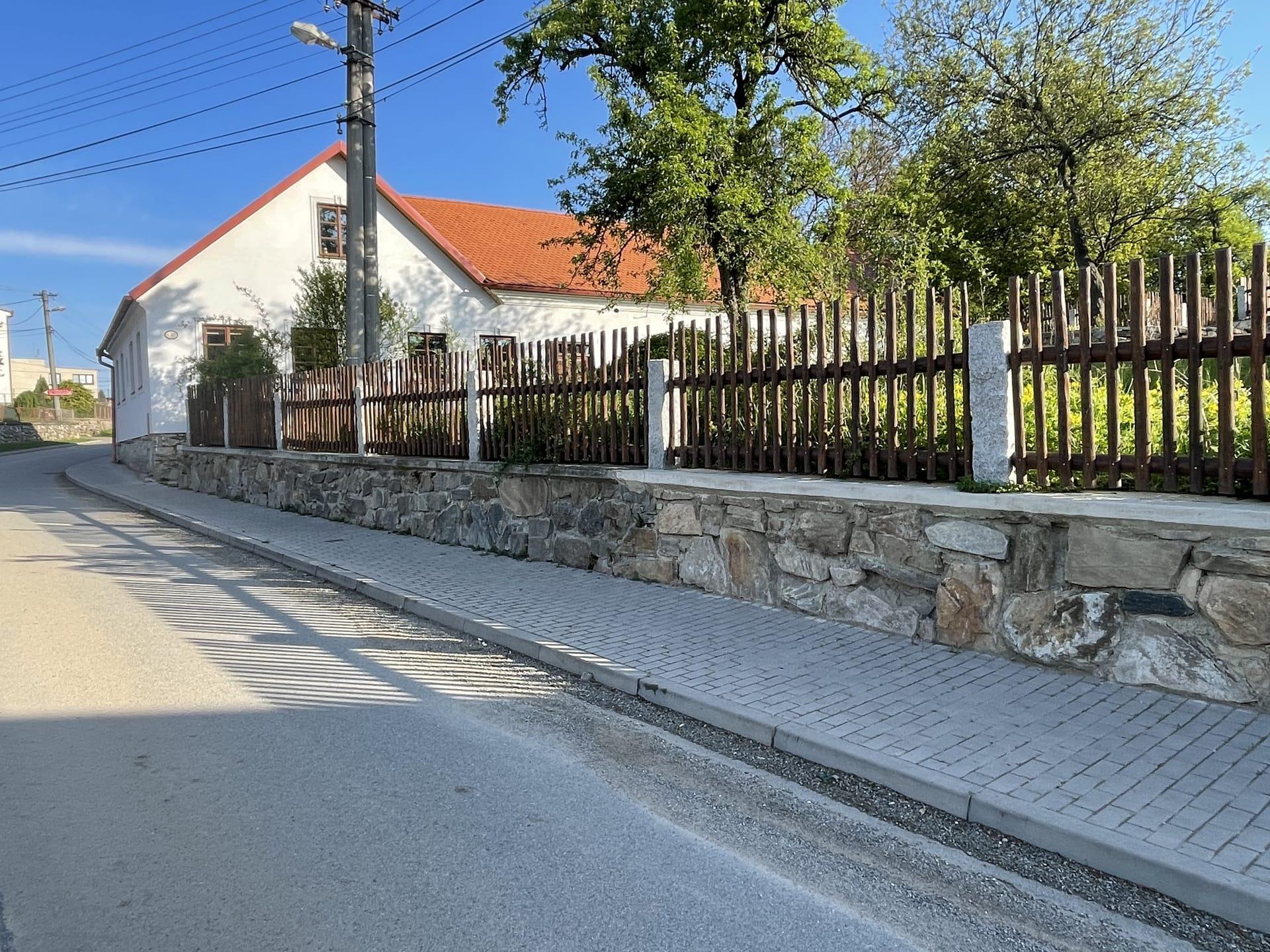 Obrázek 3 / Dřevěné ploty - strojně loupané   - realizace Tišnov 6-2021
