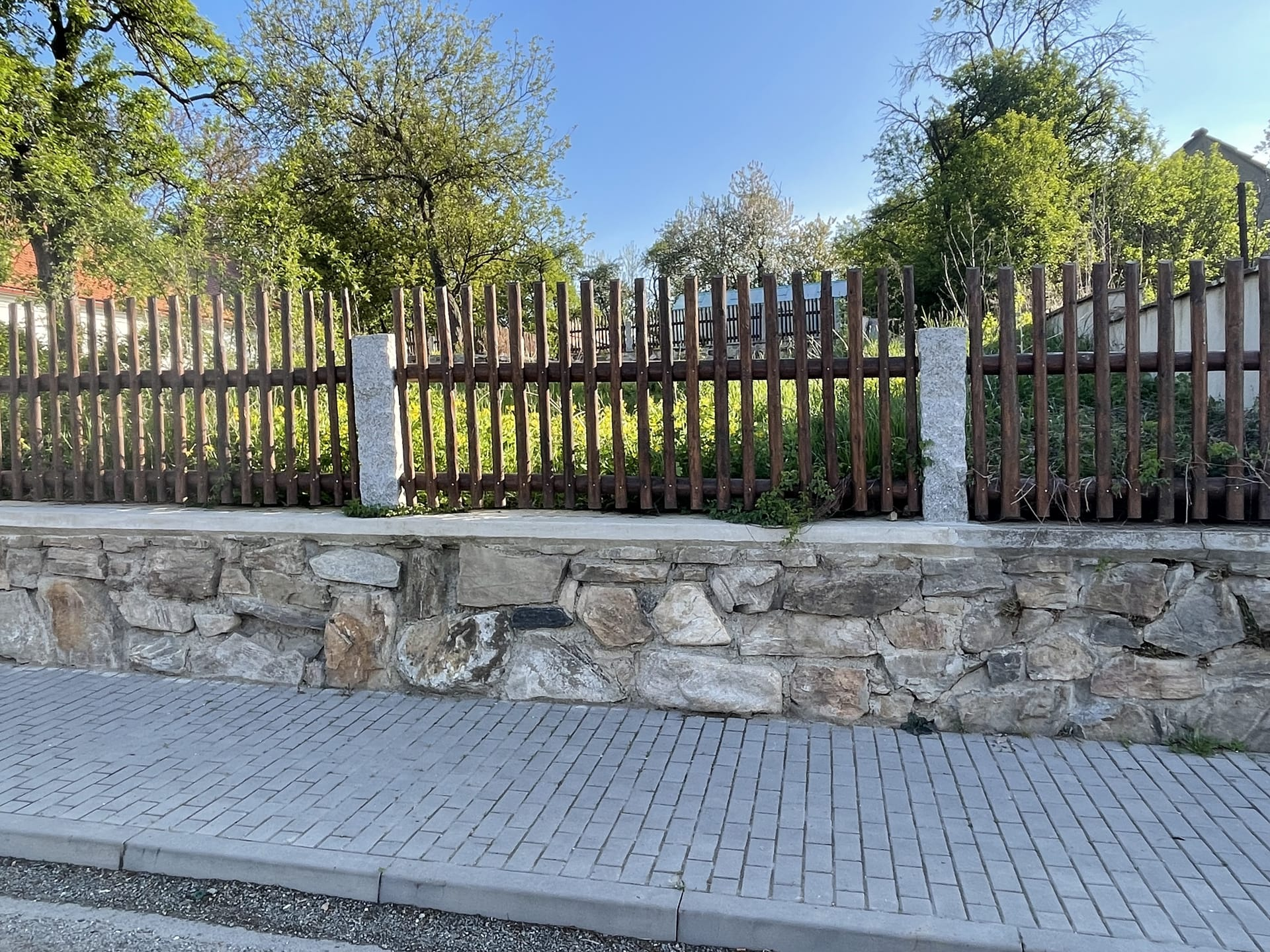 Obrázek 4 / Dřevěné ploty - strojně loupané   - realizace Tišnov 6-2021