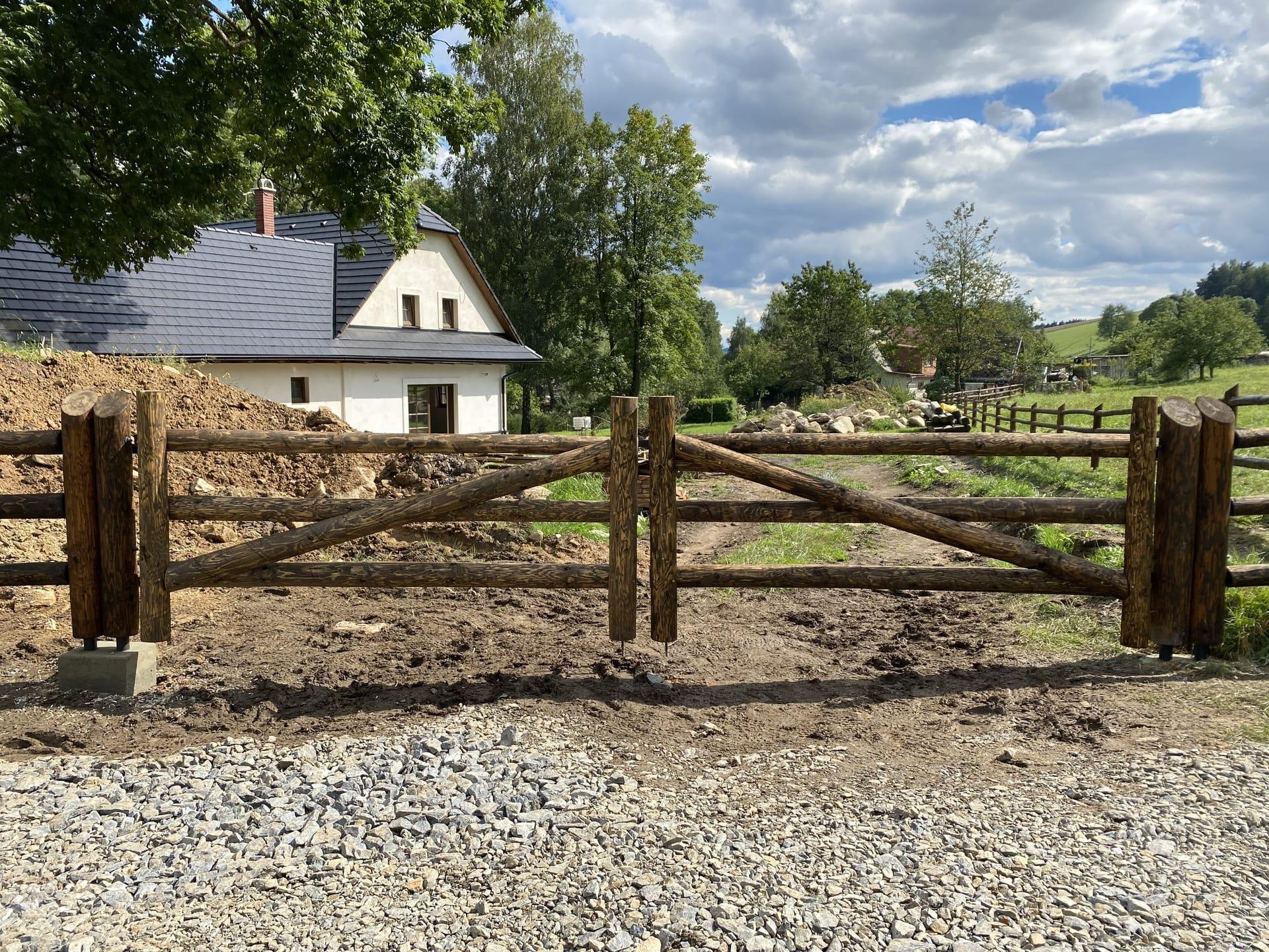 Obrázek 1 / Dřevěné ploty - strojně loupané   - realizace Telecí 9-2020