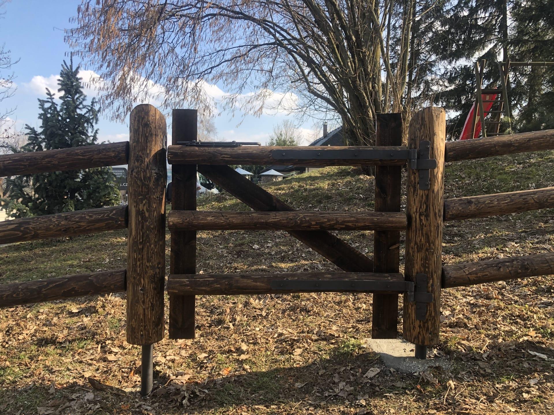 Obrázek 2 / Dřevěné ploty - ručně opracovaný   - realizace Telecí 03-2020