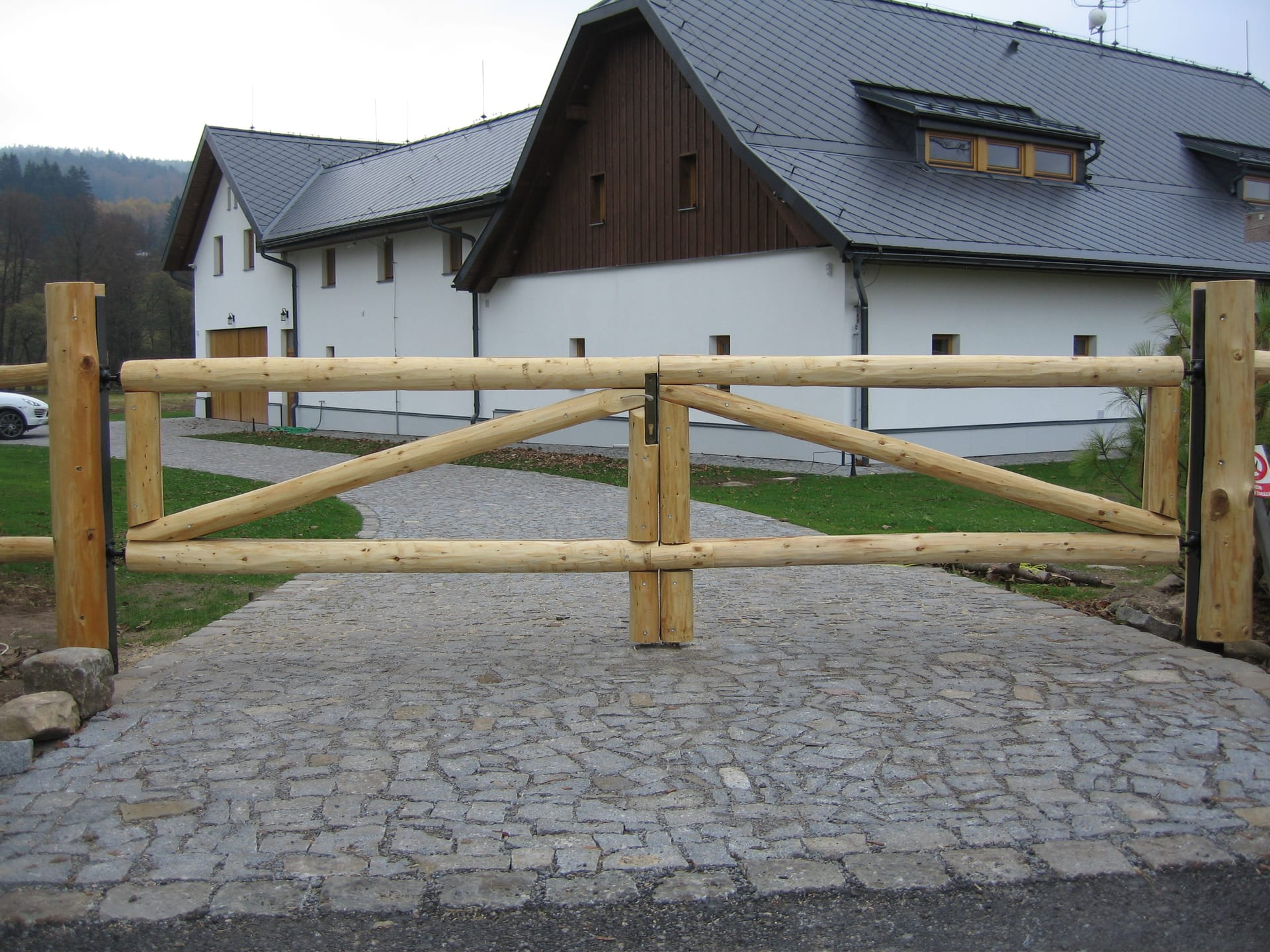 Obrázek 3 / Dřevěné ploty - ručně opracovaný   - realizace České Milovy 069-2018