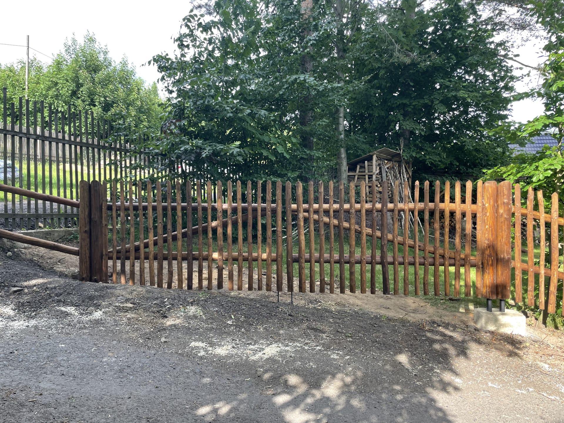 Obrázek 2 / Dřevěné ploty - ručně opracovaný   - realizace Filipov 6-2021