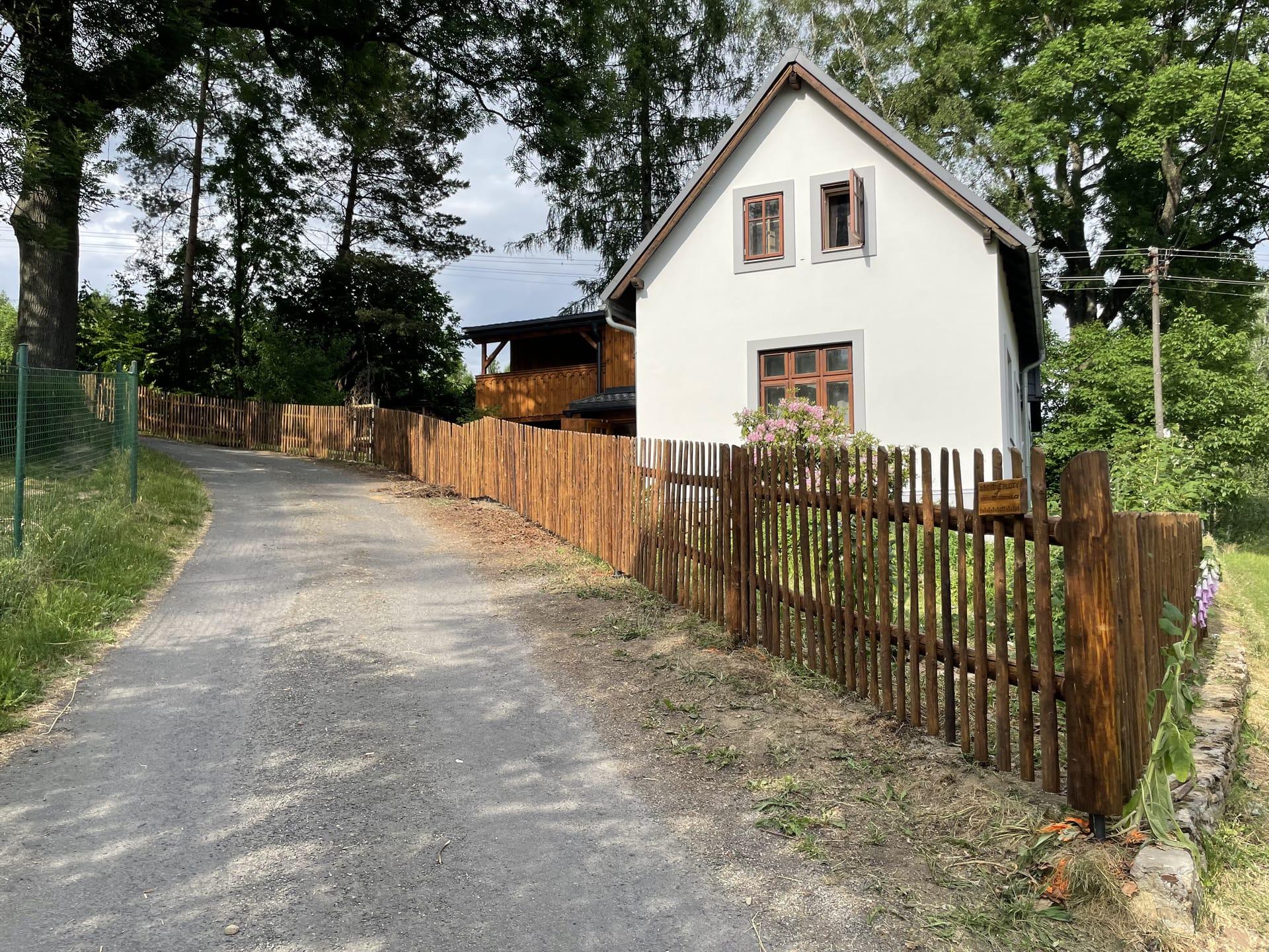 Obrázek 3 / Dřevěné ploty - ručně opracovaný   - realizace Filipov 6-2021