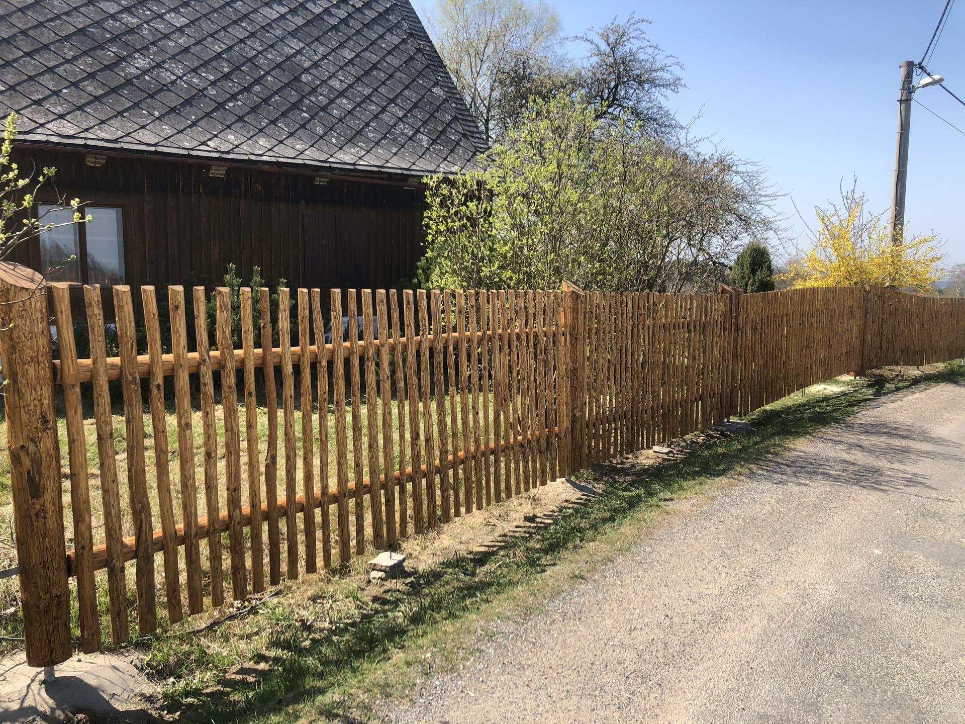 Obrázek 1 / Dřevěné ploty - ručně opracovaný   - realizace Martinice 4-2020