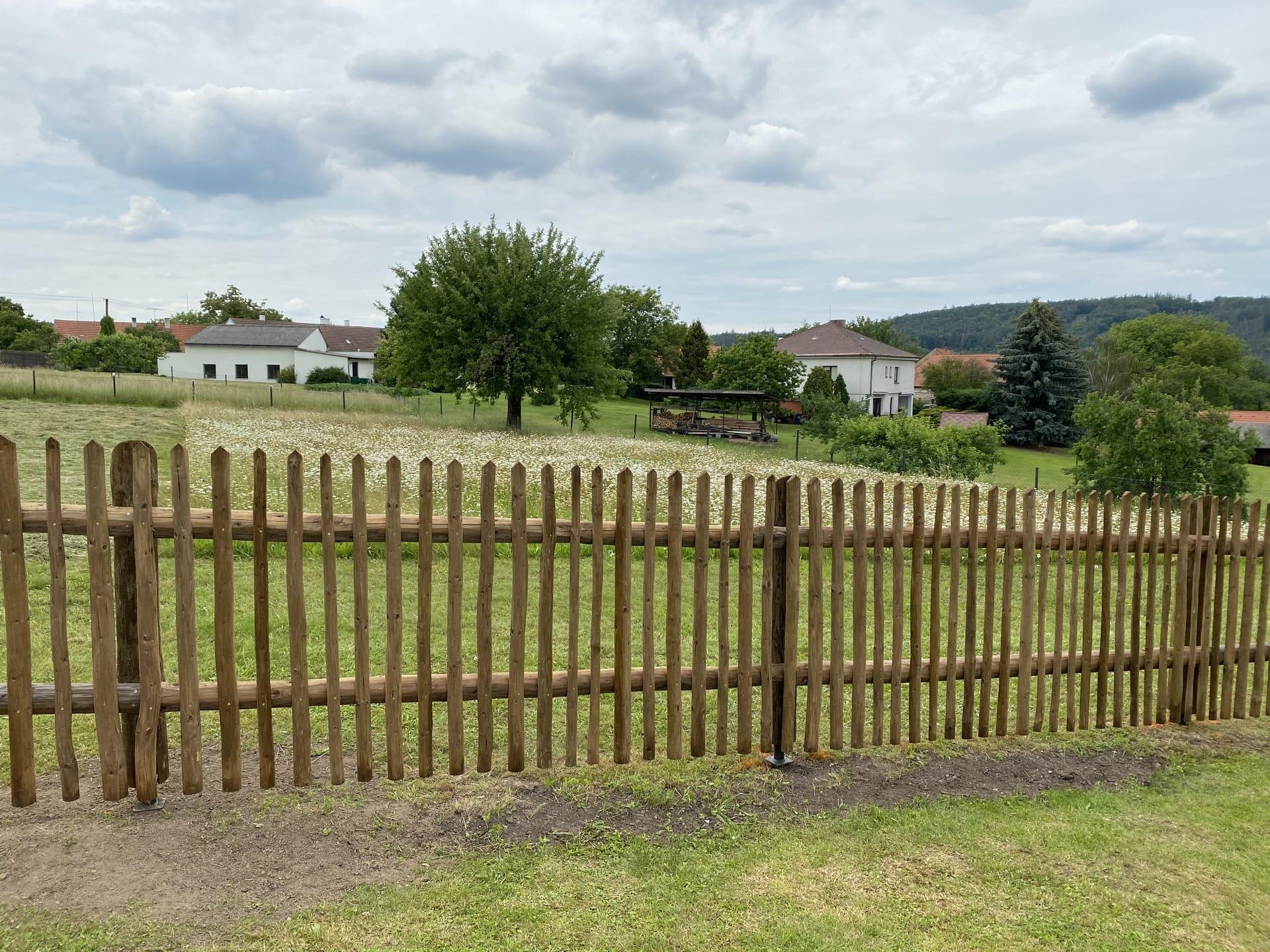 Obrázek 2 / Dřevěné ploty - ručně opracovaný   - realizace Skryje 6-2020