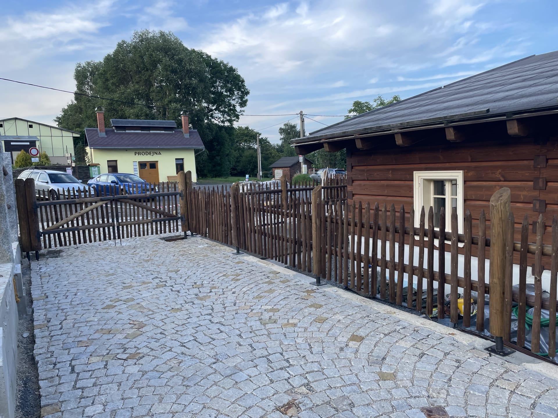 Obrázek 3 / Dřevěné ploty - ručně opracovaný   - realizace Pěnčín 8-2021