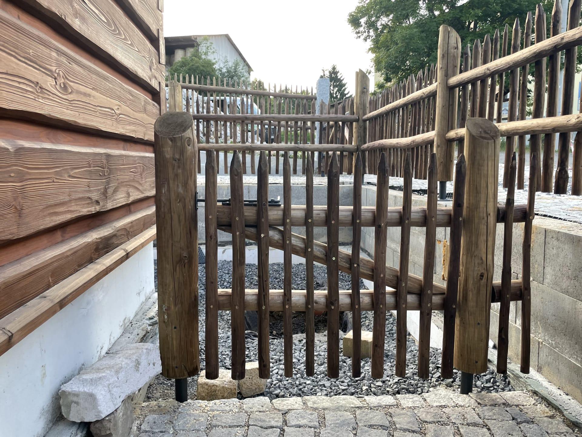 Obrázek 4 / Dřevěné ploty - ručně opracovaný   - realizace Pěnčín 8-2021