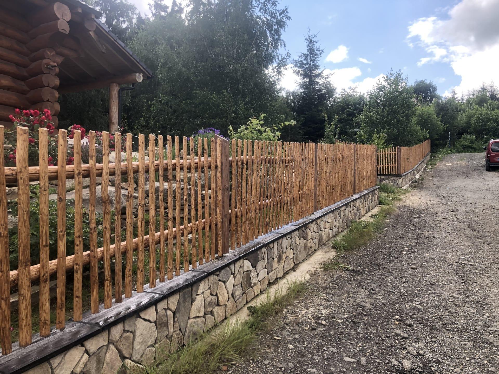 Obrázek 1 / Dřevěné ploty - ručně opracovaný   - realizace Černovice 7-2020