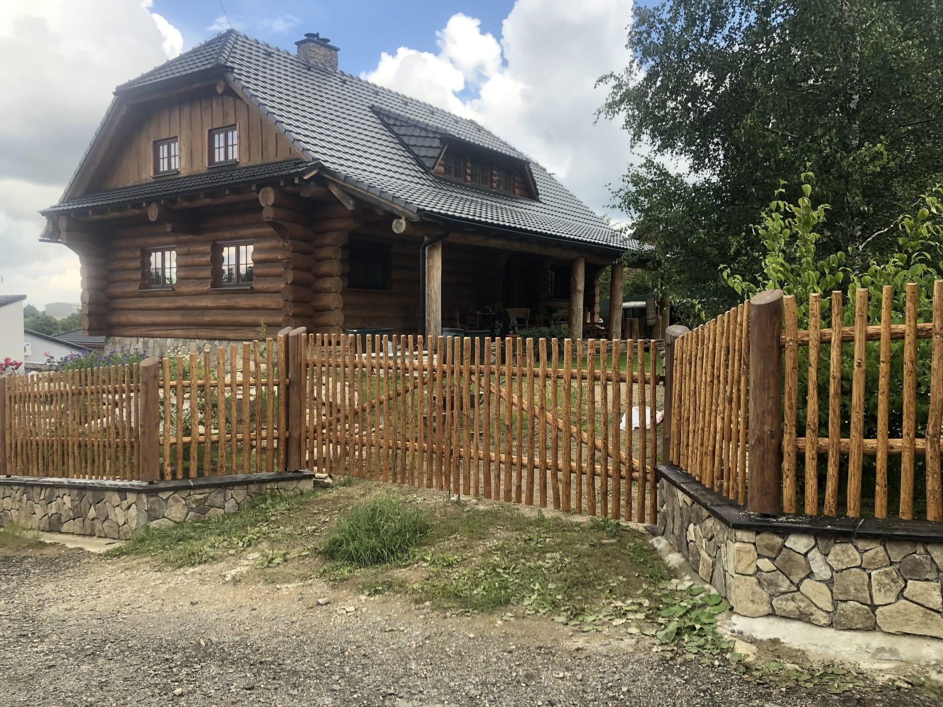 Obrázek 2 / Dřevěné ploty - ručně opracovaný   - realizace Černovice 7-2020