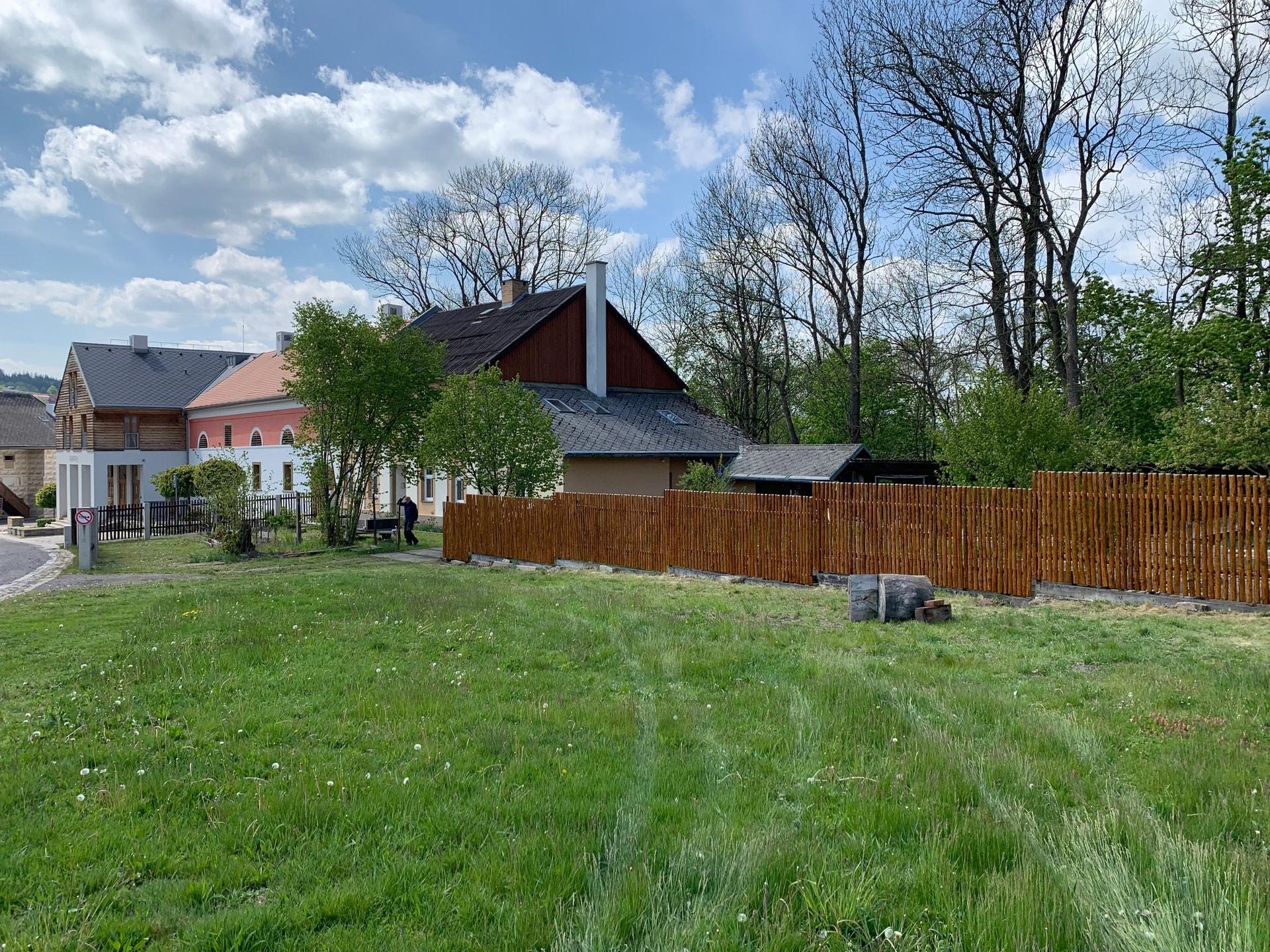 Obrázek 1 / Dřevěné ploty - ručně opracovaný   - realizace Tvrz Orlice 7-2019