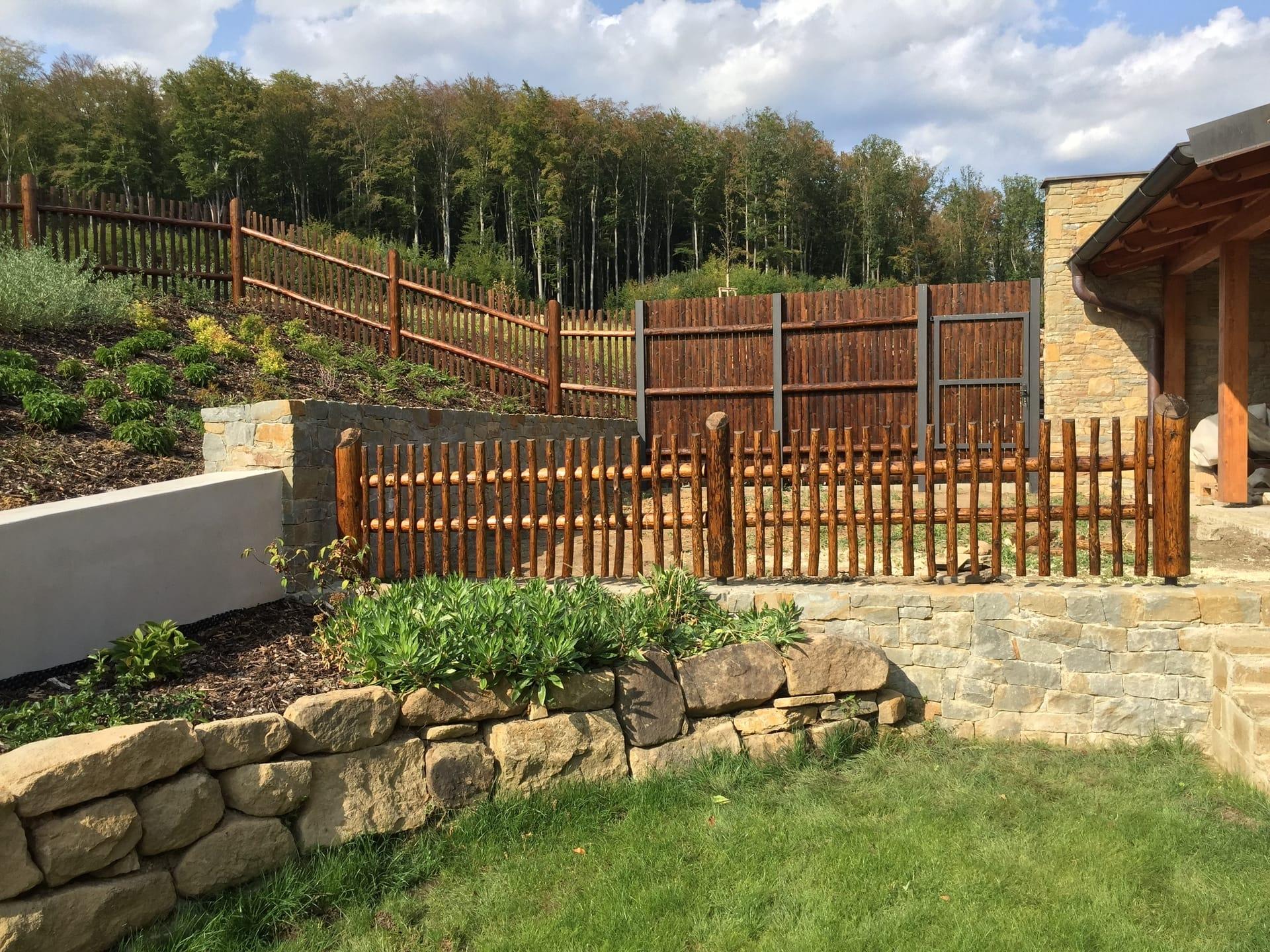 Obrázek 2 / Dřevěné ploty - ručně opracovaný   - realizace Osvětimany 6-2018