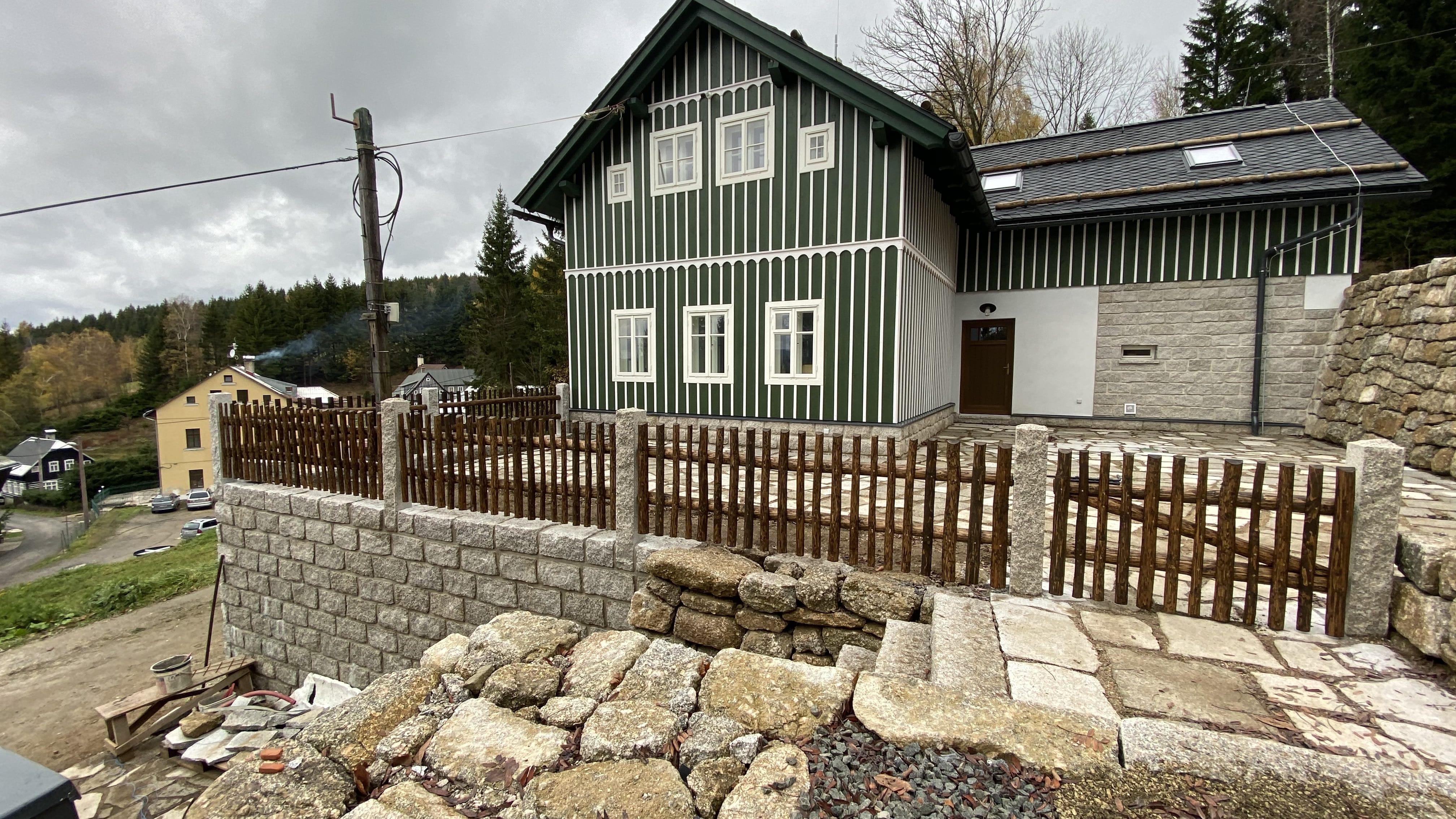 Obrázek 2 / Dřevěné ploty - ručně opracovaný   - realizace Albrechtice 10-2019