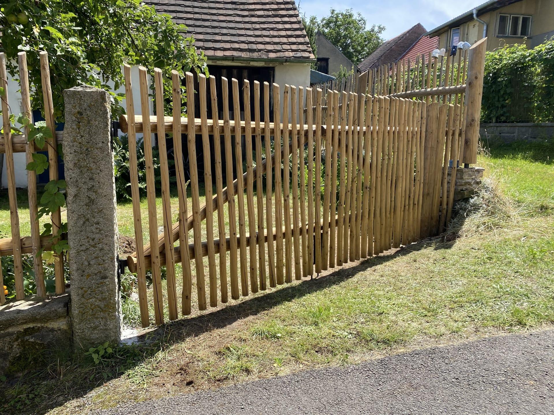 Obrázek 1 / Dřevěné ploty - ručně opracovaný   - realizace Lažánky 11-2019