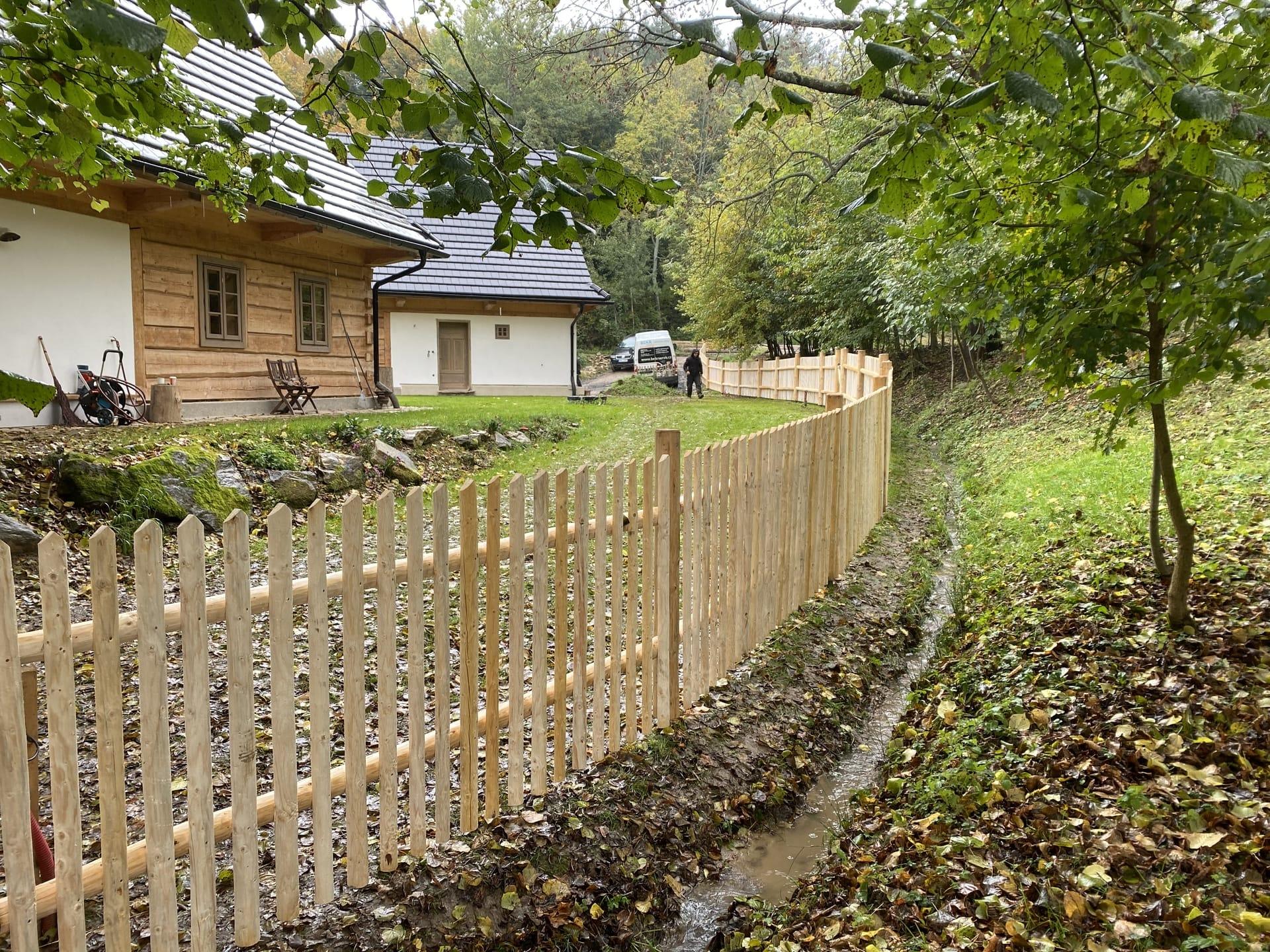 Obrázek 1 / Dřevěné ploty - ručně opracovaný   - realizace Skornice 10-2020