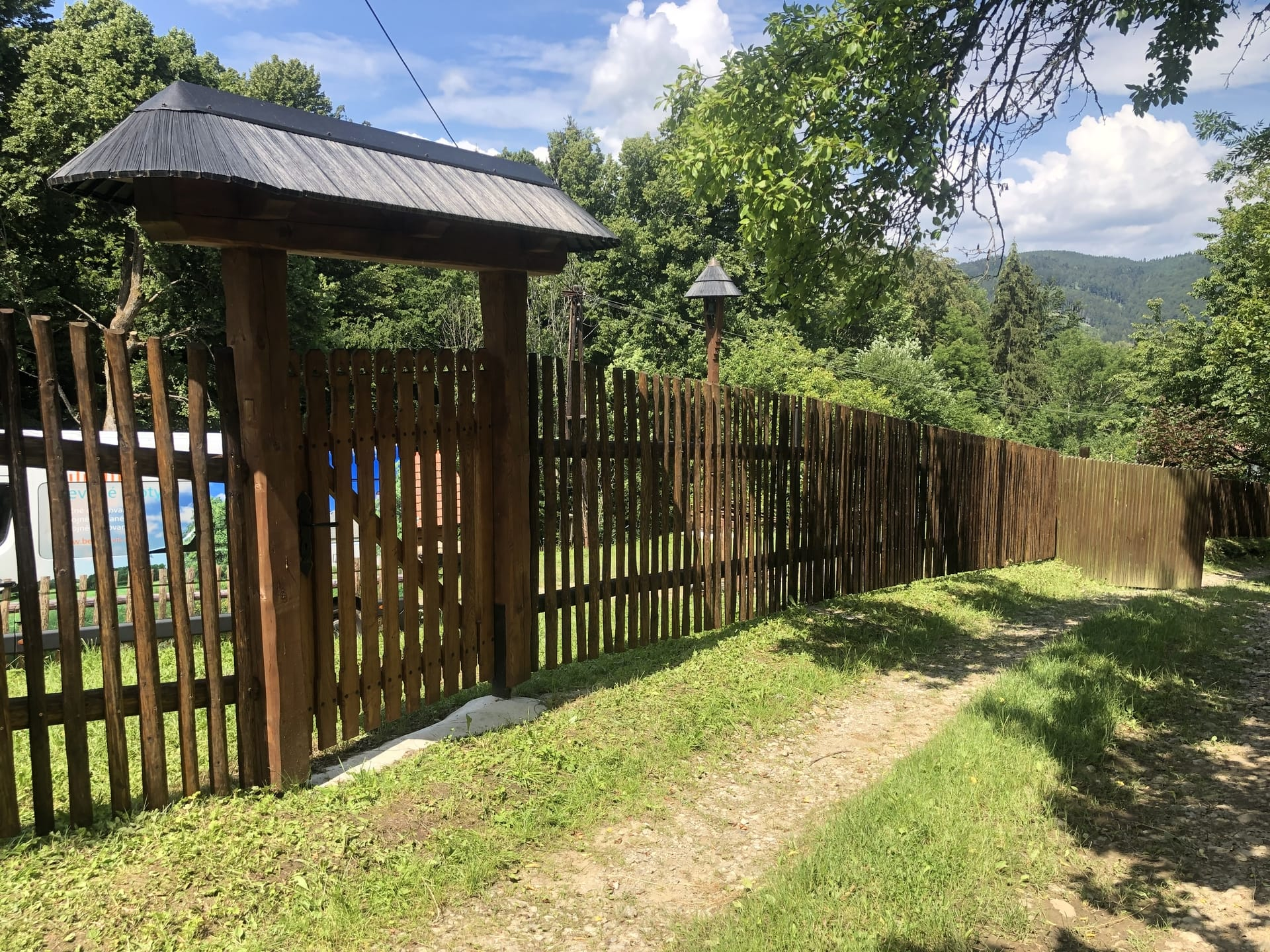 Obrázek 2 / Dřevěné ploty - ručně opracovaný   - realizace Lysá pod Makytou 7-2020